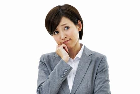 悩む女性  挨拶しない人の心理と理由とは?職場で無視する上司や後輩の対処法
