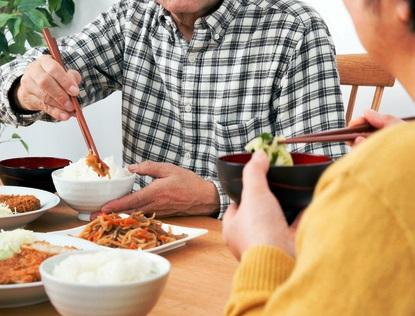 お箸の使い方がきれいな食事風景