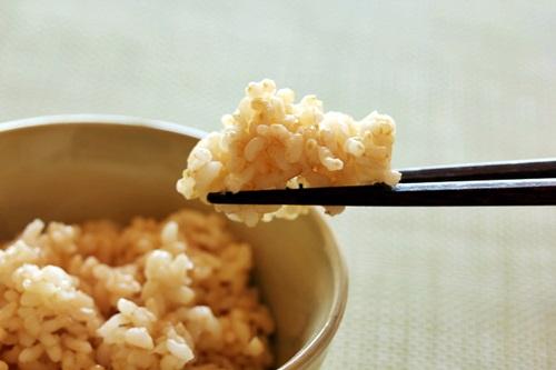 お箸で玄米ご飯を挟んでいるところ