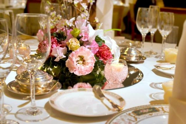 結婚式 【結婚式のご祝儀の金額】身内や友人の相場とは?学生は1万円でOK?