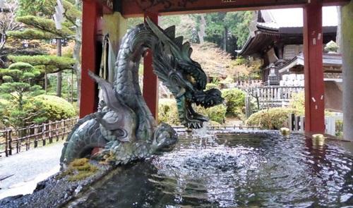 拝殿の横の手水舎(てみずしゃ)
