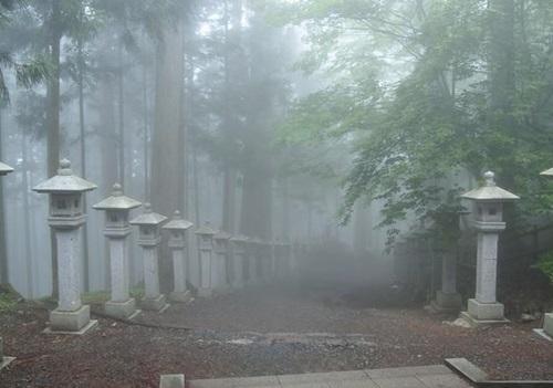 霧の深い三峰神社