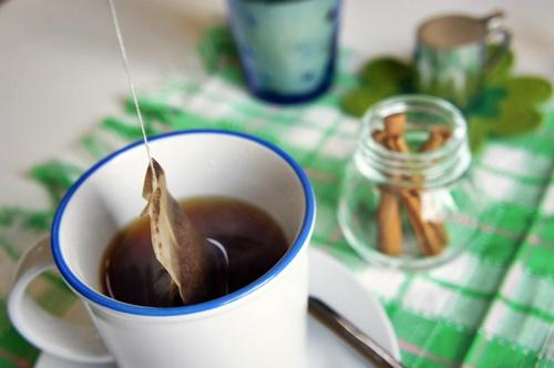 紅茶のティーパックとシナモンスティック