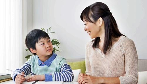 宿題をしたくない男の子とママ