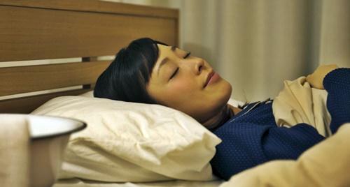 風邪で休息する女性