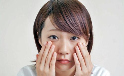 秋の花粉症で目がかゆい女性
