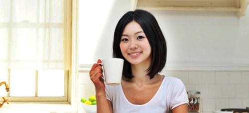 秋の花粉症対策のハーブティーを飲み女性