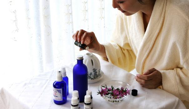 ディフューザーでアロマオイルの香りを楽しむ女性