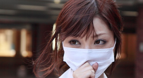 風邪の予防にマスク着用している女性