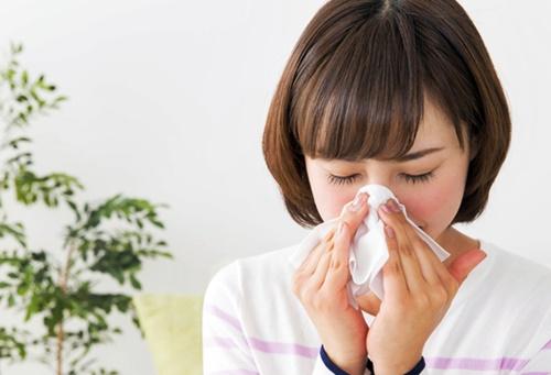 秋の花粉症で鼻が出てたまらない女性