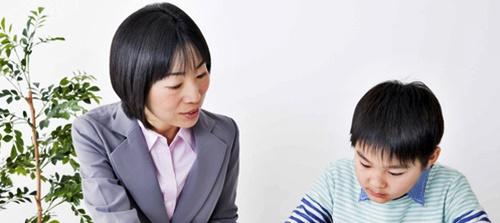 個別指導の学習塾で男の子が勉強