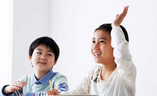 小学校の教室、男の子と女の子