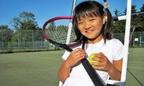 テニス教室に通う女の子