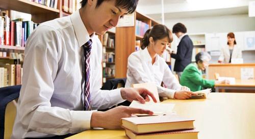 お金を稼ぐ為に図書館で勉強するパパ