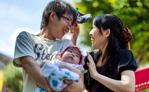 イクメンパパと赤ちゃんとママの笑顔