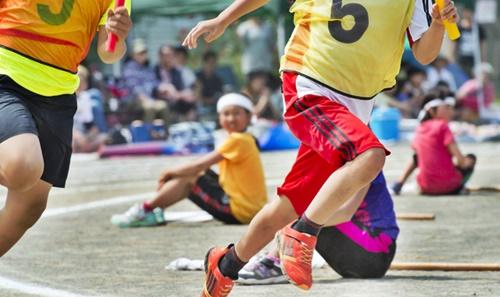 小学校の運動会、男の子たちの徒競走