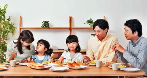 2人の子どもとパパとママとおじいちゃんの朝食