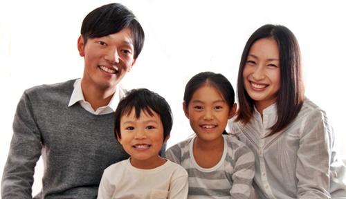 パパとママと子ども2人、家族団らん