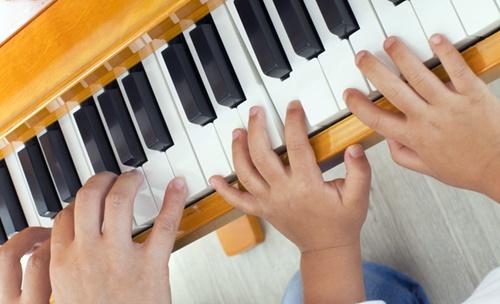 ピアノ教室でピアノを習う子ども