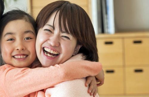 笑顔のママに抱きつく女の子
