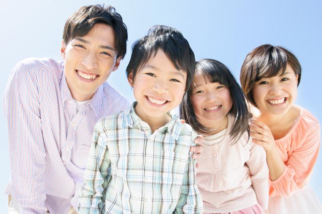 一家団欒のお外、小学生のお兄ちゃんと妹、パパとママ