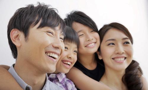 笑顔のイクメンパパと家族たち