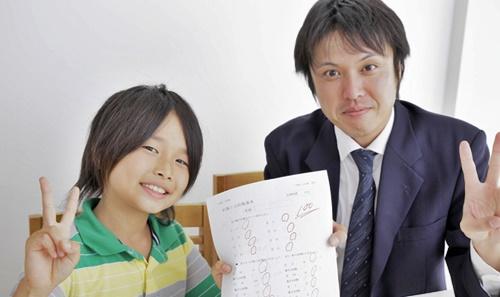 個別指導の学習塾で成績が上がった男の子