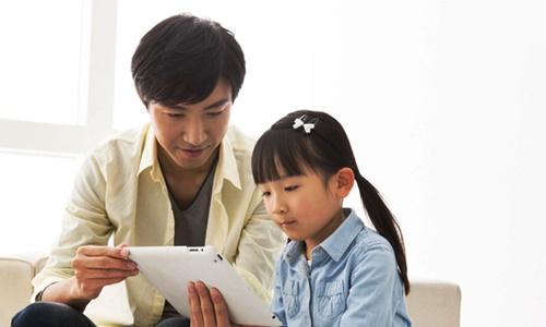 パパと勉強する幼い女の子