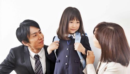 小学校の女の子とパパとママ、ランドセルが嬉しい