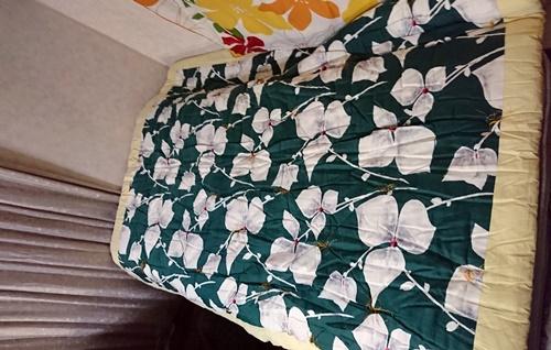 狭いベッドを広げるための古い掛布団