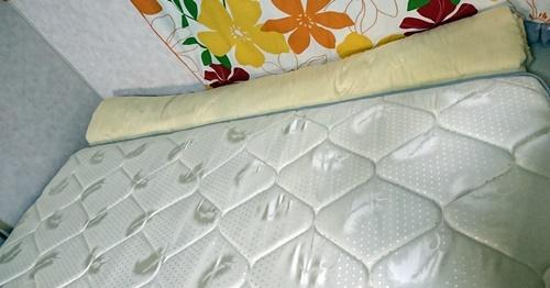 狭いベッドを広げるために巻いた布団