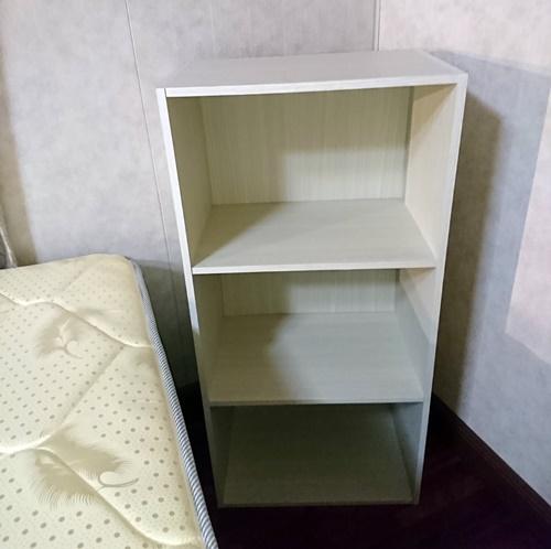 ベッドの近くに白いカラーボックス
