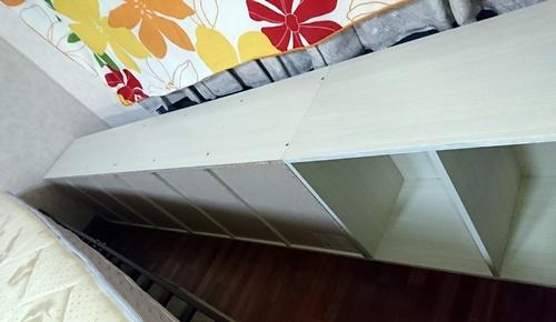 狭いベッドを広げる為にカラーボックスを並べた