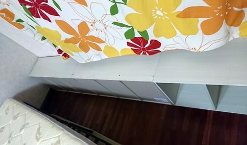 狭いベッドを広げる為にカラーボックスを並べて壁側に