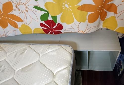 狭いベッドを広げる為のカラーボックスとベット