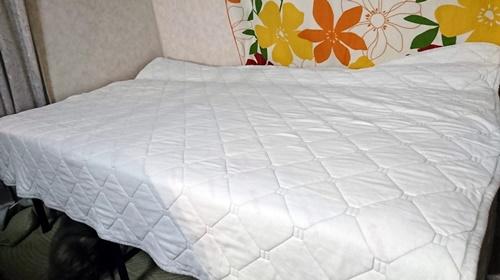 狭いベッドを広げるための隙間を埋める作業