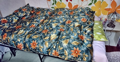 ベッドが広がり掛布団をかけた