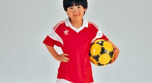 サッカーボールを持った男の子