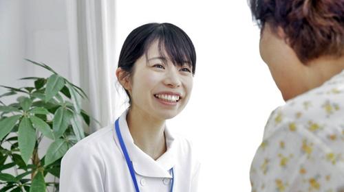 患者さんにアドバイスする笑顔の看護師さん