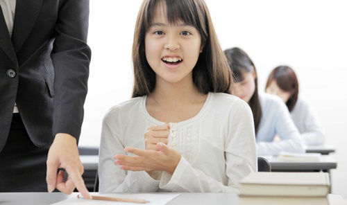 塾で分からない勉強が分かって嬉しい女の子