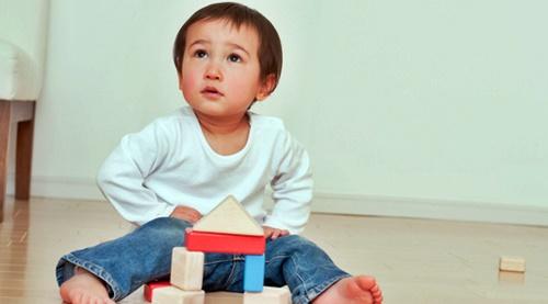 積み木で遊ぶ幼い男の子