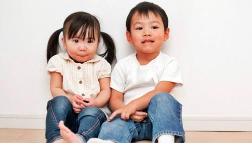 幼い男の子と女の子