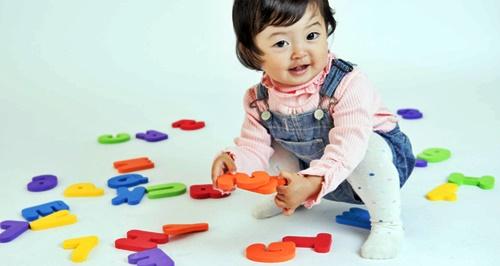 パズルで遊ぶ幼い女の子