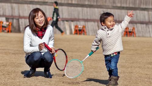 ママと遊ぶ小さな男の子
