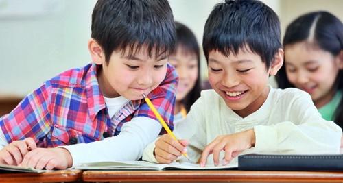 塾でできた友達と勉強する男の子