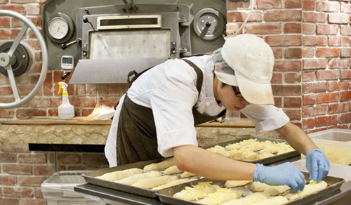 朝早くから作業するパン屋さん