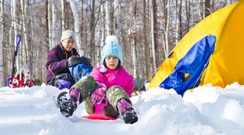 雪の中、そりで遊ぶ女の子