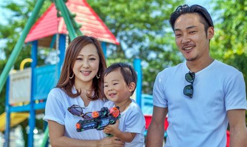 元気で綺麗なママに嬉しいパパと男の子