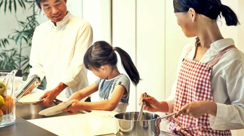 食器洗いを頑張ってパパとママに褒めれる女の子