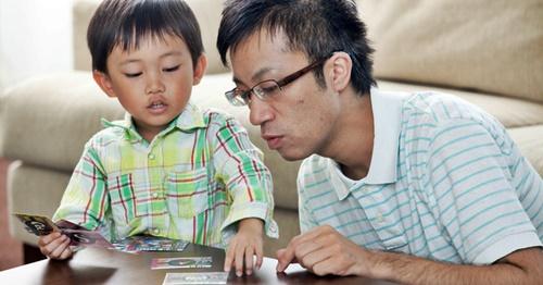 パパとカードゲームで遊ぶ男の子
